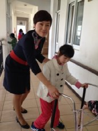 """东航空姐赴""""广慈残疾儿童福利院""""献爱心"""