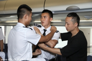 Tu teaches students how to deal with close combat in the flight simulator.[Photo/IC]