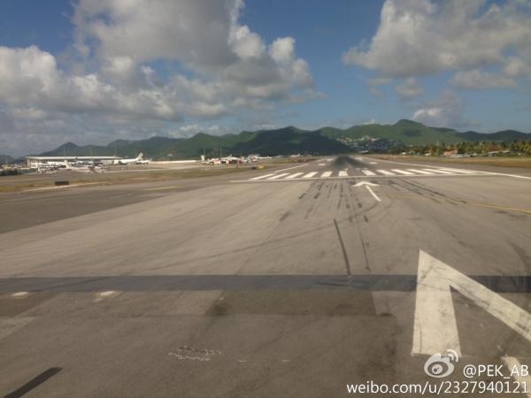 圣马丁岛朱莉安娜公主机场是著名的世界十大危险机场之一,也是近年来飞友拍客拍机的圣地,飞机剃头式降落让拍客欢呼。新浪微博网友PEK_AB在微薄中整理发布了旅行中从圣马丁岛朱莉安娜公主机场乘坐美国航空(AA)起飞的全视频记录,整整9分钟的高清视频!   视频中,镜头从第一视角感受从航站楼开始滑行直至跑道加速起飞,可以俯瞰圣马丁岛及醉人蓝色的加勒比海。有网友也表示争取五年之内能够顺利成行,一个人,一相机,一瓶酒,在海边,在拍机圣地朱莉安娜公主机场,看飞机起落,真能如愿,老天待我不薄。可见,圣马丁岛朱