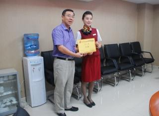 图:客舱部总经理张宏为新聘乘务长颁发聘书