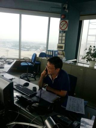 上海虹桥塔台管制员指挥飞行