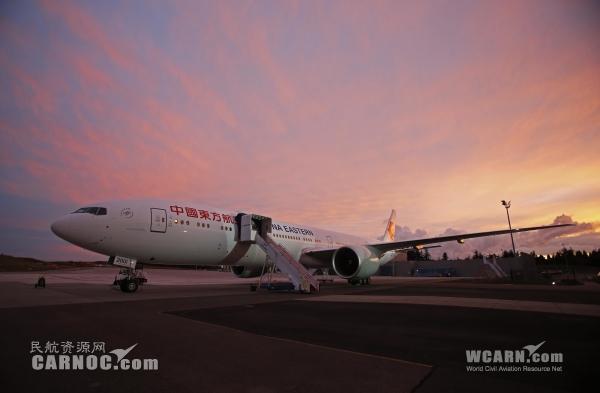 东航首架波音777-300ER客机,身披全新的东航标识、全新的飞机涂装。摄影:殷立勤