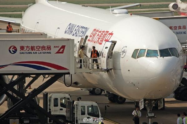 """东航首架新涂装波音777-300ER抵达上海。网友持""""长枪短炮""""抓拍新飞机真容。"""