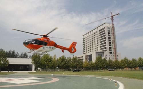 河南宏力医院自费购3直升机运送重症患者