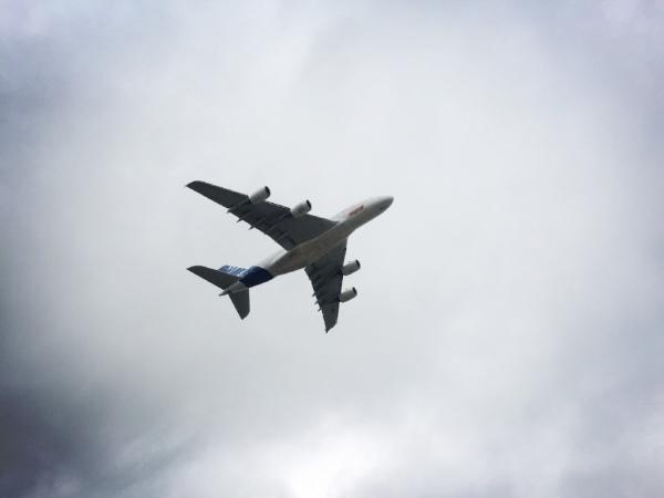 A380低空通场摇摆机翼
