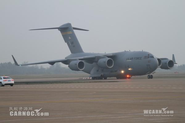 """美军""""环球霸王""""C-17运输机"""