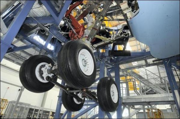 2009年1月14日A350XWB宽体飞机总装线在法国图卢兹破土动工   空中客车公司于2009年1月14日在其总部所在地法国图卢兹举行了其最新机型A350XWB宽体飞机总装线奠基仪式。总装线占地74000平方米,将承担A350XWB宽体飞机前几个阶段的总装工作,即机身和机翼的对接。该机型的测试和内饰装修工作将在距A350XWB总装线不远的A330/340总装线完成。   2009年12月4日A350XWB宽体飞机首块复合材料铺压蒙皮在法国南特制造   空中客车A350XWB宽体飞机首块复合材料铺压蒙