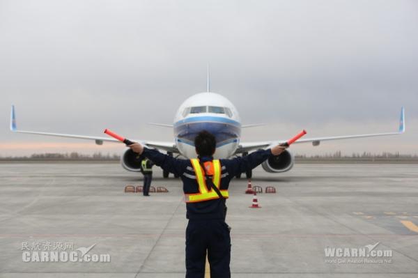 ��������С����  737-800�ɻ�����Ϻ��½�