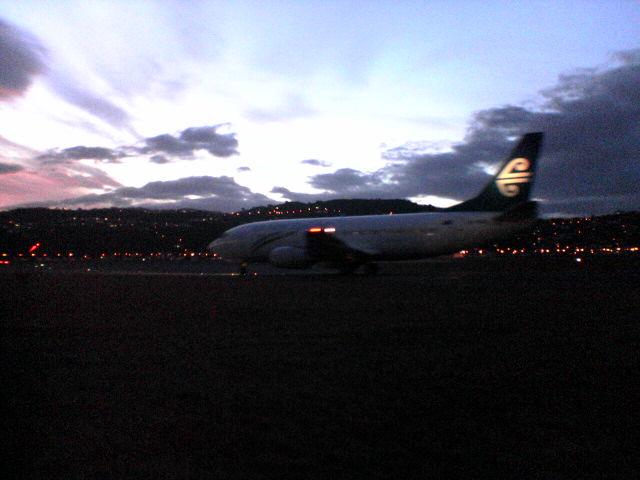 [原创]夕阳下的纽西兰惠灵顿机场 BOEING 737-300   New Zealand (Aotearoa) WELLING