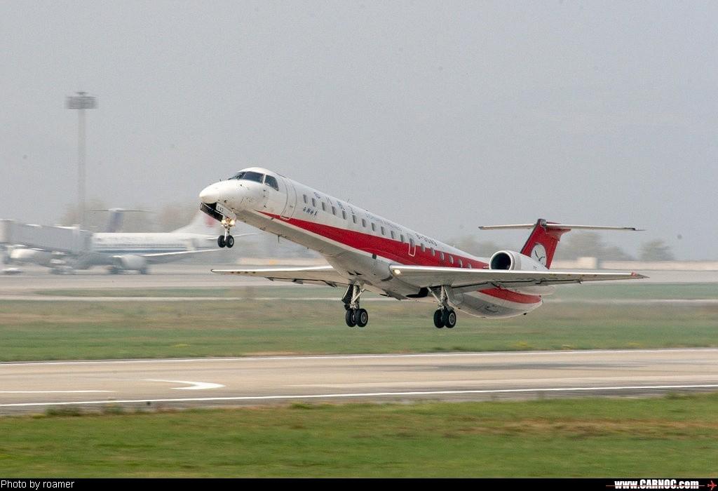 贵阳机场的支线客机 EMBRAER ERJ-145 B-3043