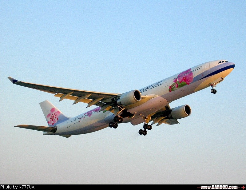 华航兰花再度降临高雄.. AIRBUS A330-300 B-18305  中国高雄机场