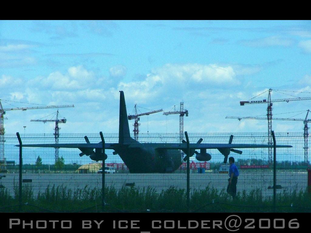 Re:[原创]这样子:2005年6月的东跑道,一年前的蓝天,一年前的心情。