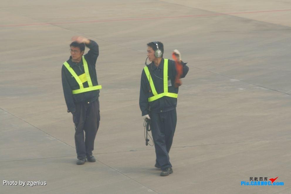 接下来暴人了,谢谢虹桥机场的两位机务,和我们挥手告别.