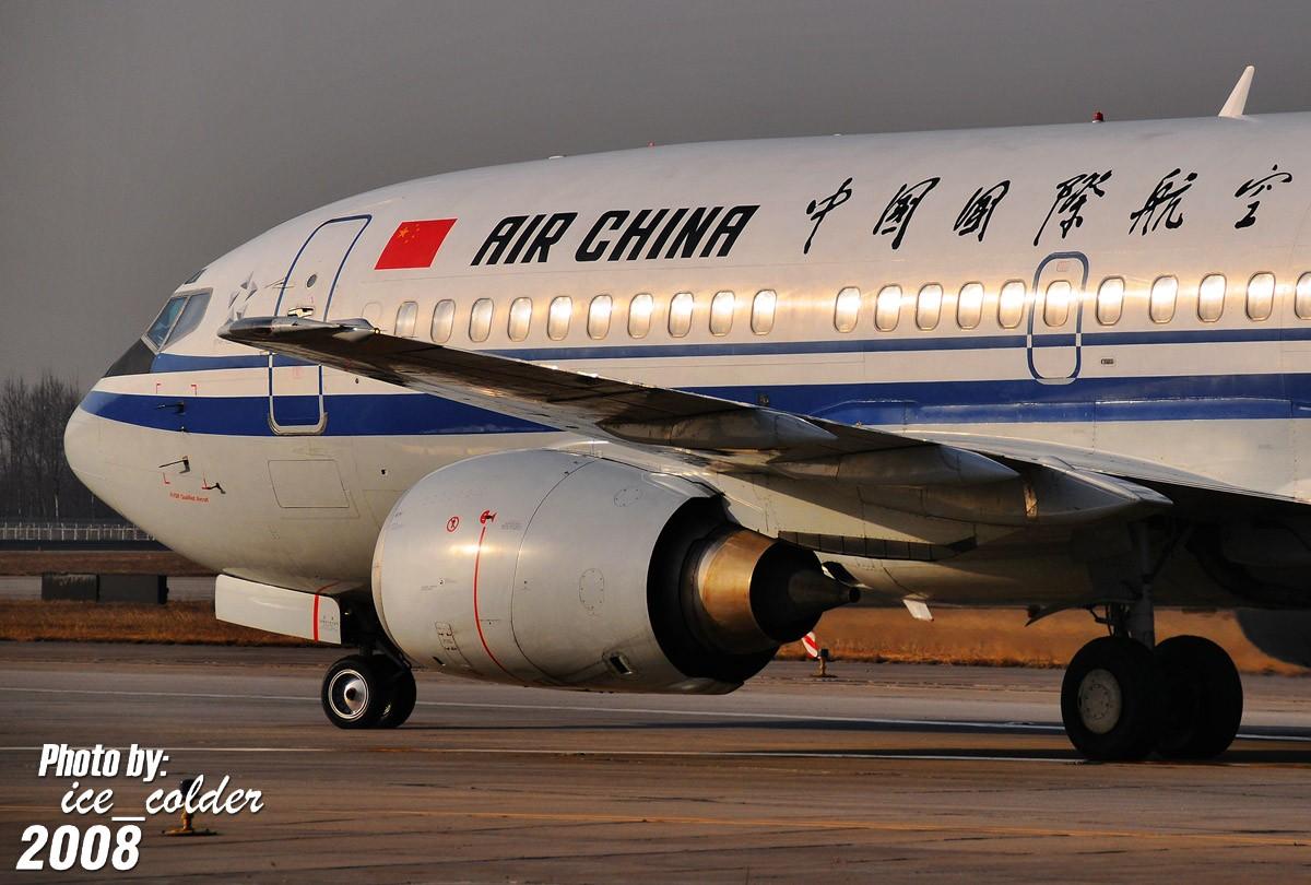 [原创]一个清晨:去拍俺最喜欢的小脑袋;一个黄昏:秀一下心爱的车车~~ BOEING 737-300 B-2954 中国北京首都机场
