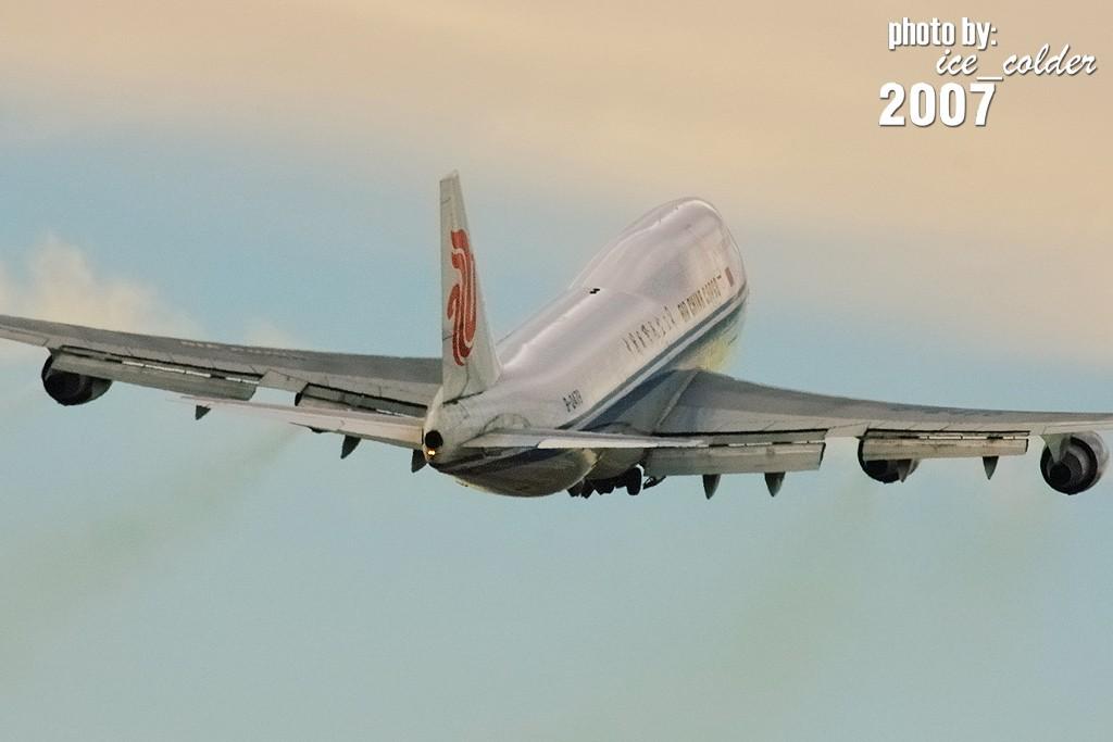 Re:[原创]2007年的图 . . .今天发现的过期食粮,希望大伙儿多包涵~~~尝坏肚子木要怪偶~~~~:]  呵呵呵 BOEING 747-400SF B-2478 中国北京首都机场