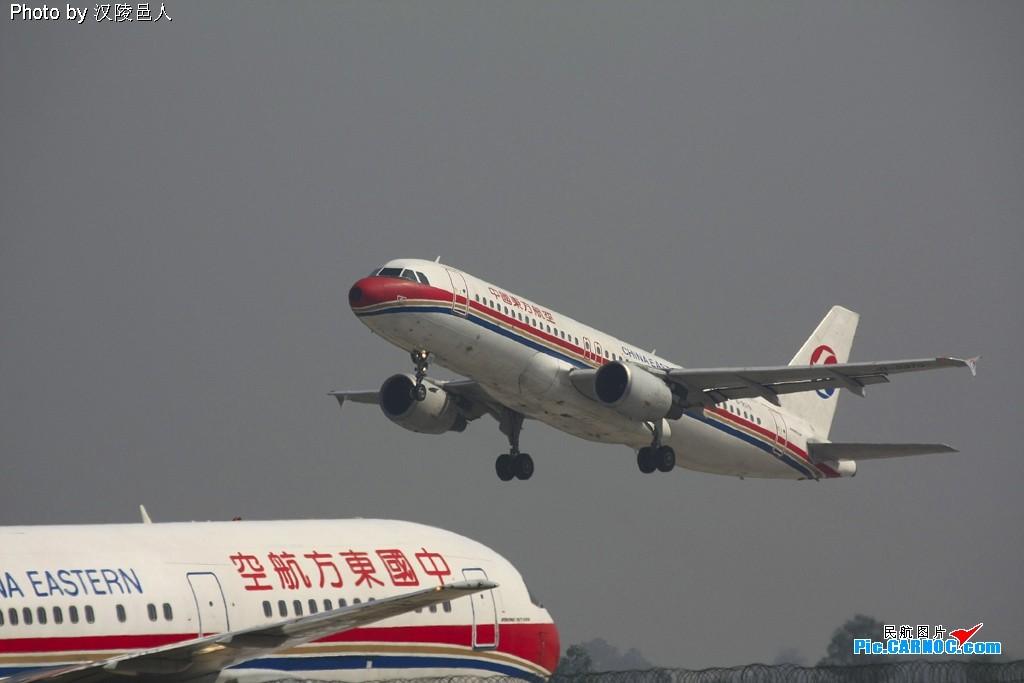 西安咸阳机场起降 AIRBUS A320-214 B-2379 西安咸阳机场