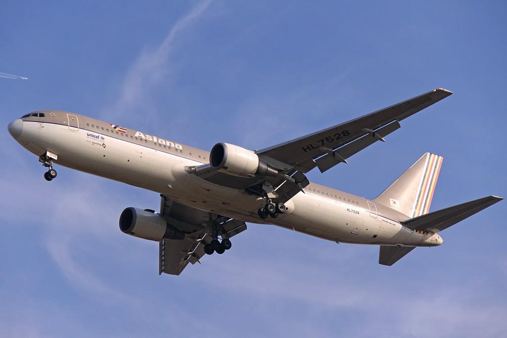 PEK--新老制服的展示!! BOEING 767-300 HL7528 中国北京首都机场