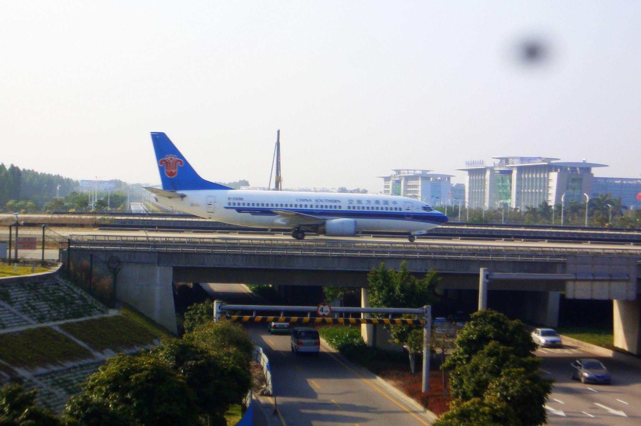 Re:[原创]恢复信心后的第一次发帖,09年第一次活动 BOEING 737-300 B-2596 广州白云国际机场