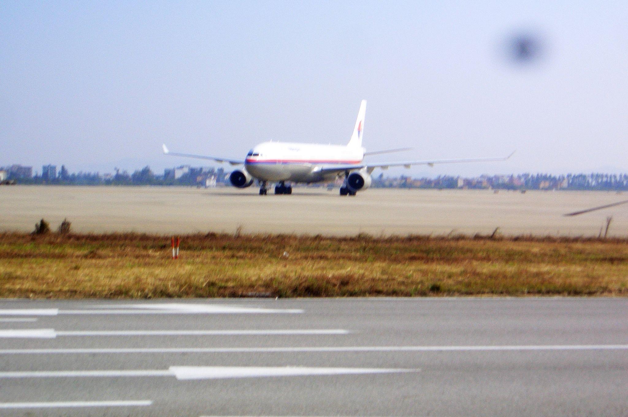 Re:[原创]恢复信心后的第一次发帖,09年第一次活动(关键字:国航彩绘,立荣包机) MCDONNELL DOUGLAS MD-90 B-17911 中国广州白云机场 中国广州白云机场