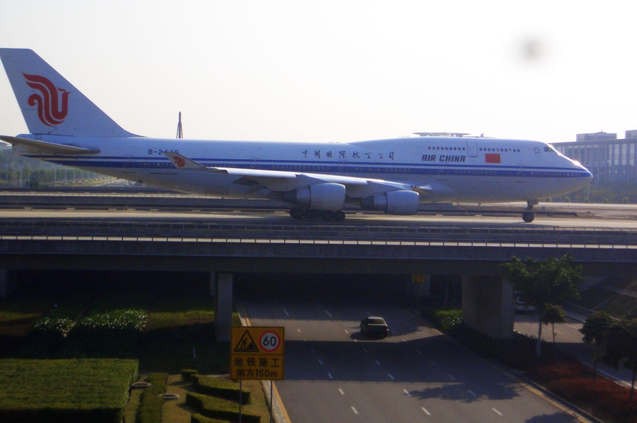 Re:[原创]恢复信心后的第一次发帖,09年第一次活动 BOEING 747-400 B-2445 中国广州白云机场