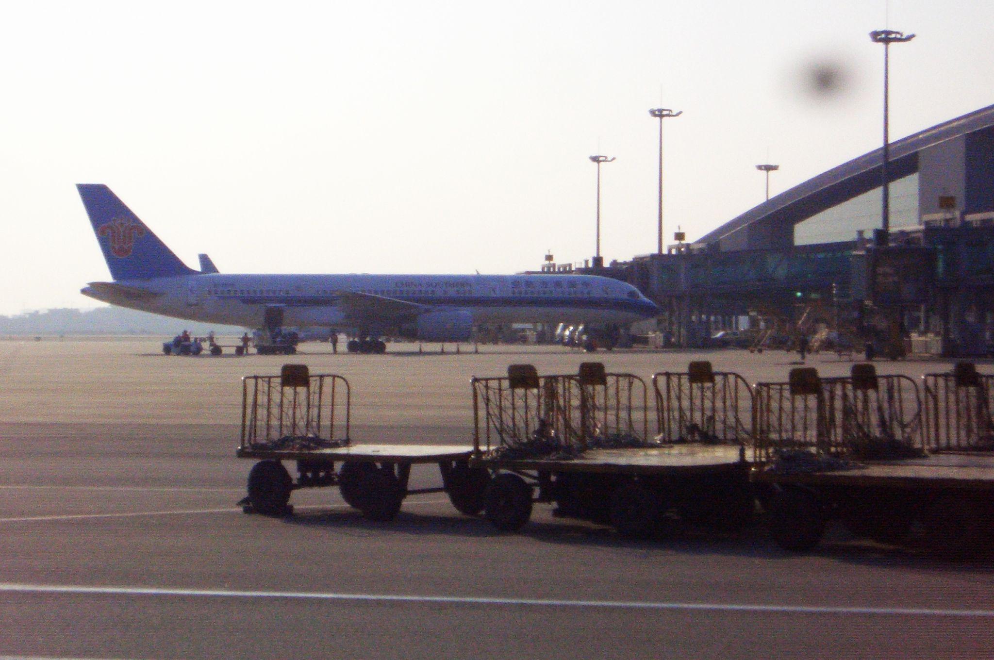 Re:[原创]恢复信心后的第一次发帖,09年第一次活动 BOEING 757-200 B-2838 中国广州白云机场