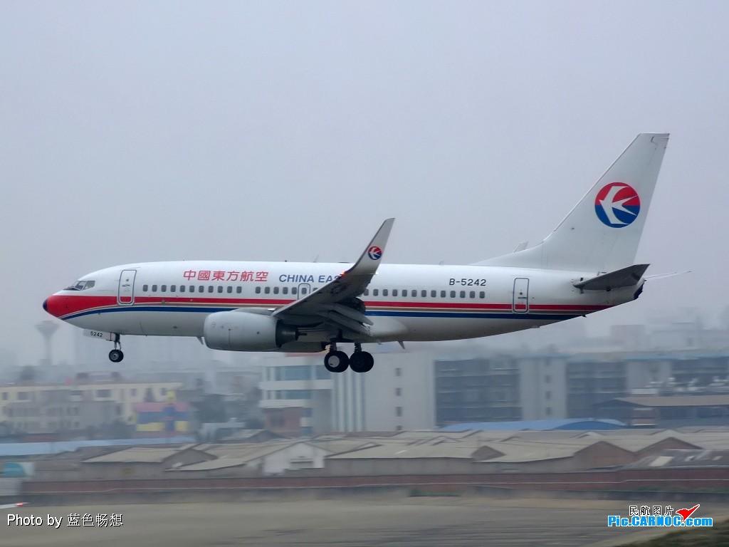 Re:[原创]【深圳打机队】把自己拍过的东航飞机做个小小的总结,欢迎大家按一楼和看图指南里没有出现的飞机编号跟图,我们一起来完善东航飞机系列图! BOEING 737-700 B-5242 中国昆明巫家坝机场