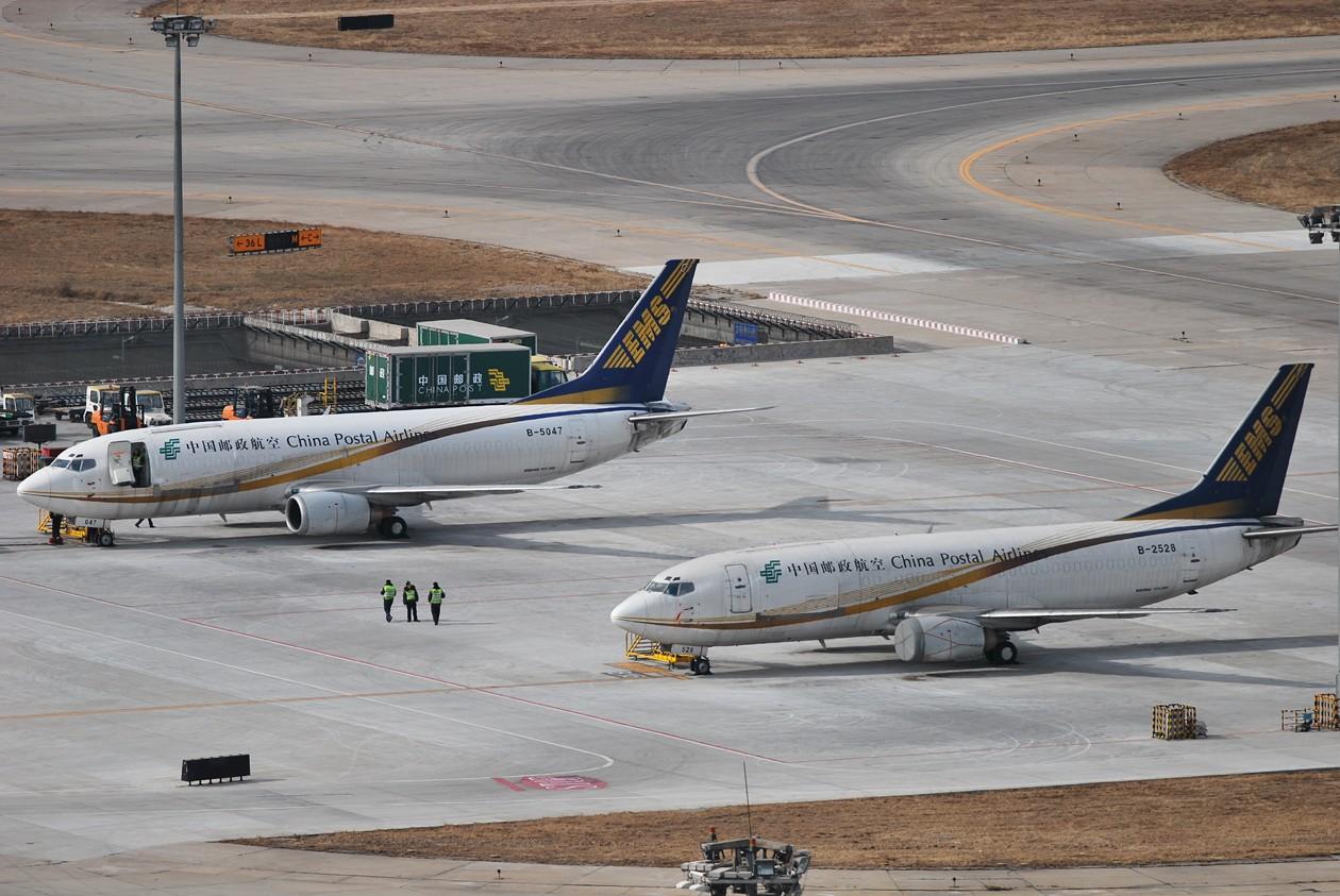 Re:[原创]首都机场同一个镜头里出现两架346,这个可以有 BOEING 737-300 B-2528 中国北京首都机场