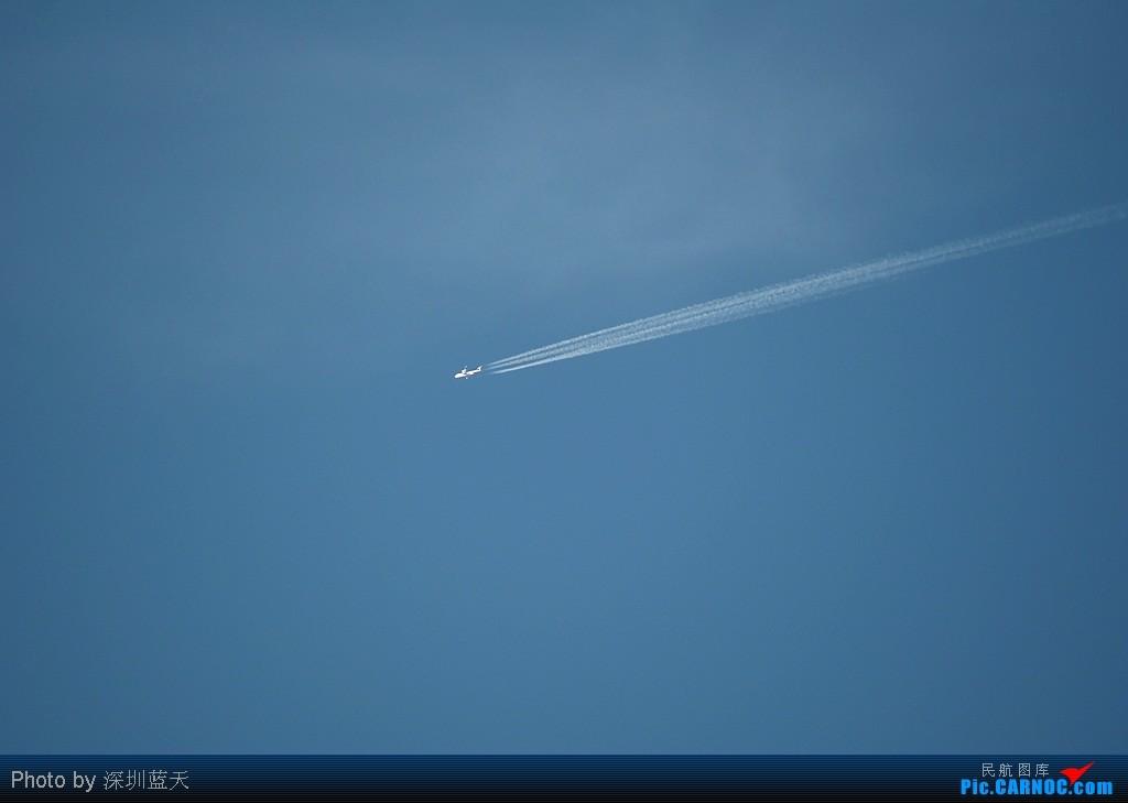 蔚蓝的天空,飞机滑过漂亮的轨迹!