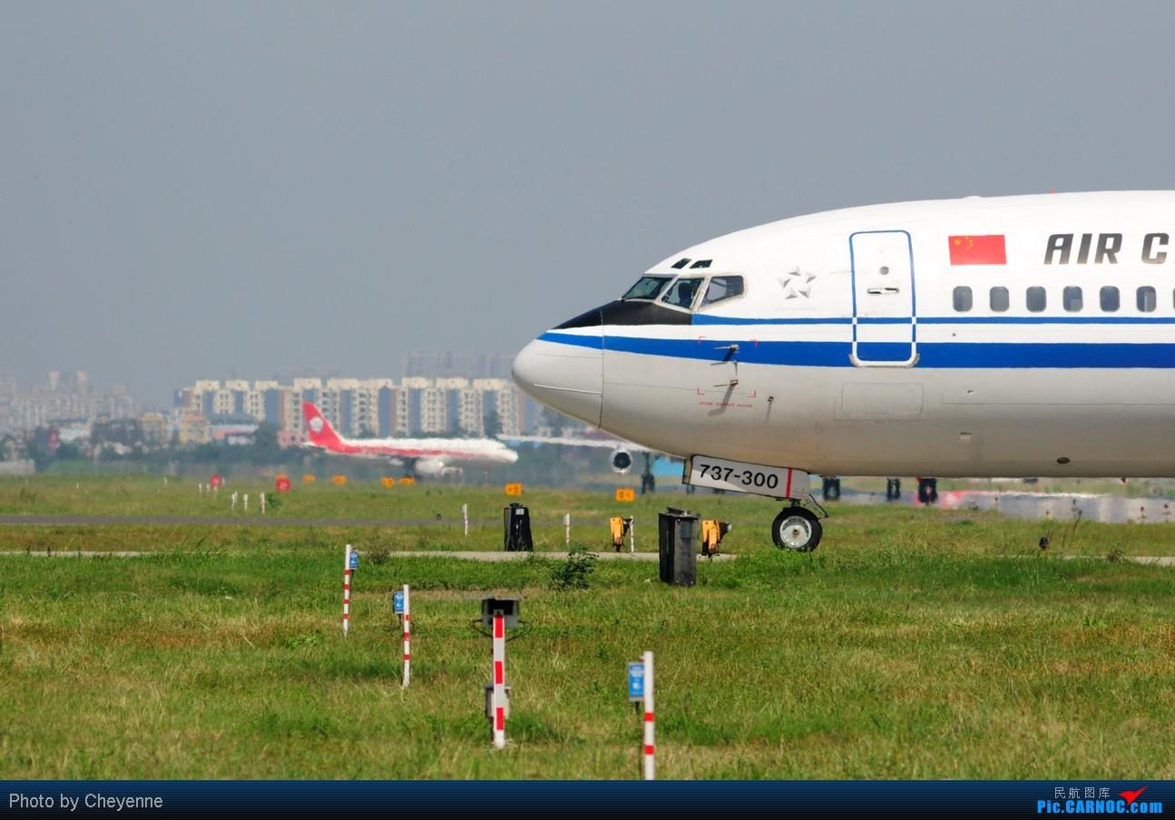Re:[原创]晴空万里贺佳节,婵娟金凤舞双流! BOEING 737-300 B-2590 中国成都双流机场