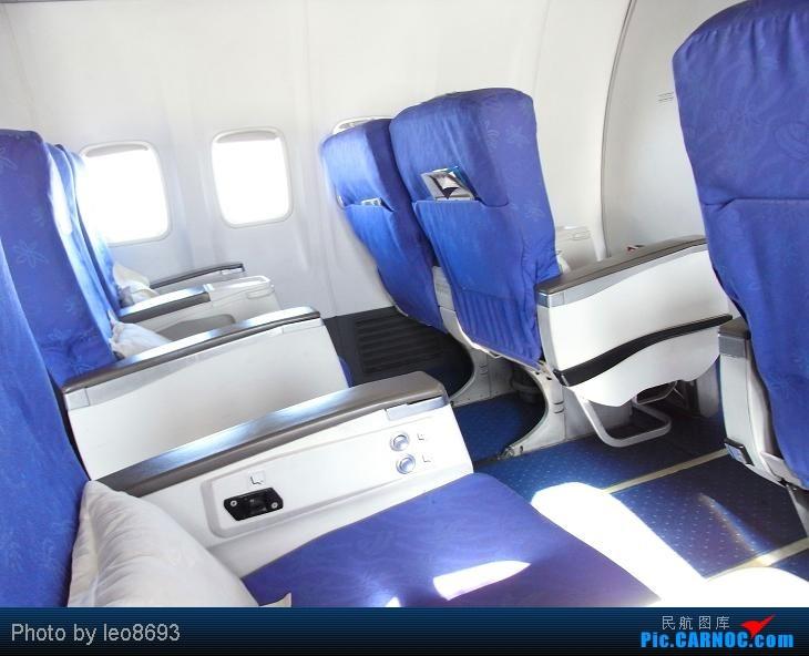 我坐的位置是6B,先看下这座位间距,很不错,我左边是180的壮大叔,他的腿部空间也是活动自如哦。瞧这间距,其实我觉得南航可以把这些座位当国内航线公务舱卖了。 为什么在这里特别放一张座位间距,因为这架飞机有个神奇之处,第一排第二排是头等舱,然后没有第三排,直接从第四排开始是经济舱,而且4,5,6,7,8,9排也是单独被隔板隔开的一个区域,本来没什么,偏偏到了第九排间距就缩水了不知道多少,因为坐在9D的一位乘客从坐上那个位置开始就在抱怨,搞得乘务员乘务长也没办法。 不过之前每次坐南航的飞机我也感觉南航的座位