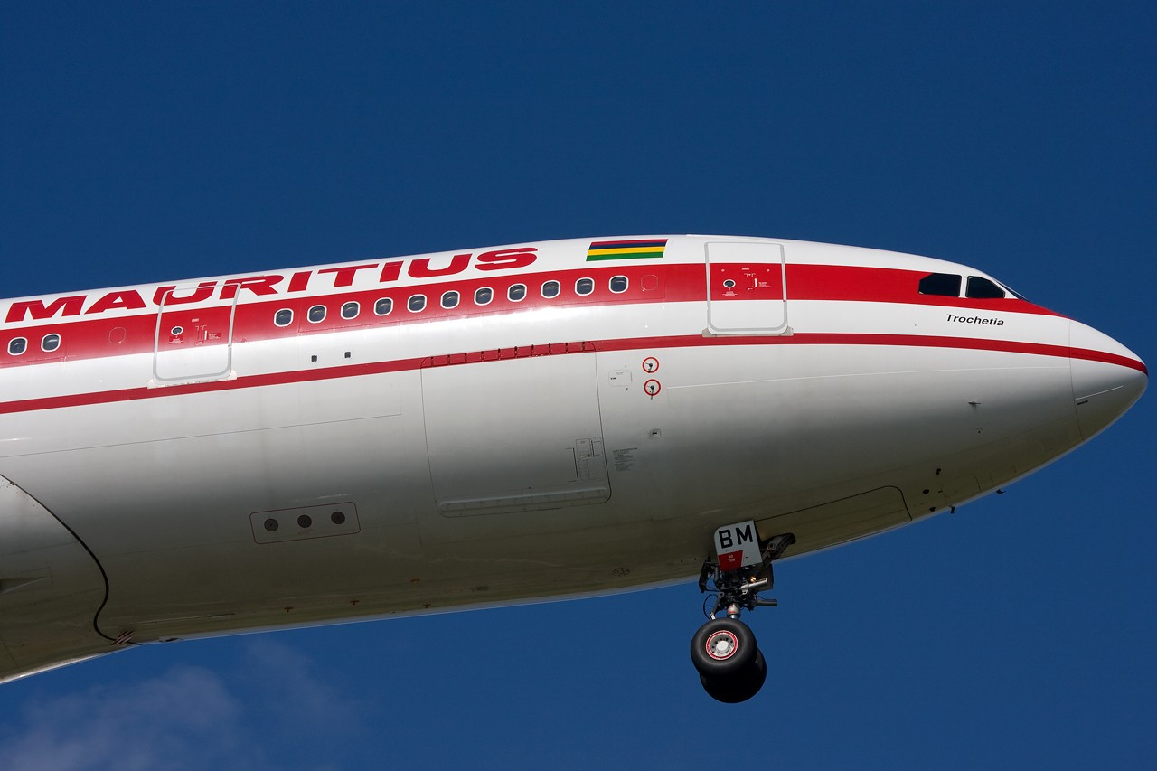 "Re:[原创]打造2009年本人单帖飞机照片数量最高贴并祝""上海飞友会""20号浦东机场拍机顺利 AIRBUS A330-200 3B-NBM 新加坡樟宜机场"