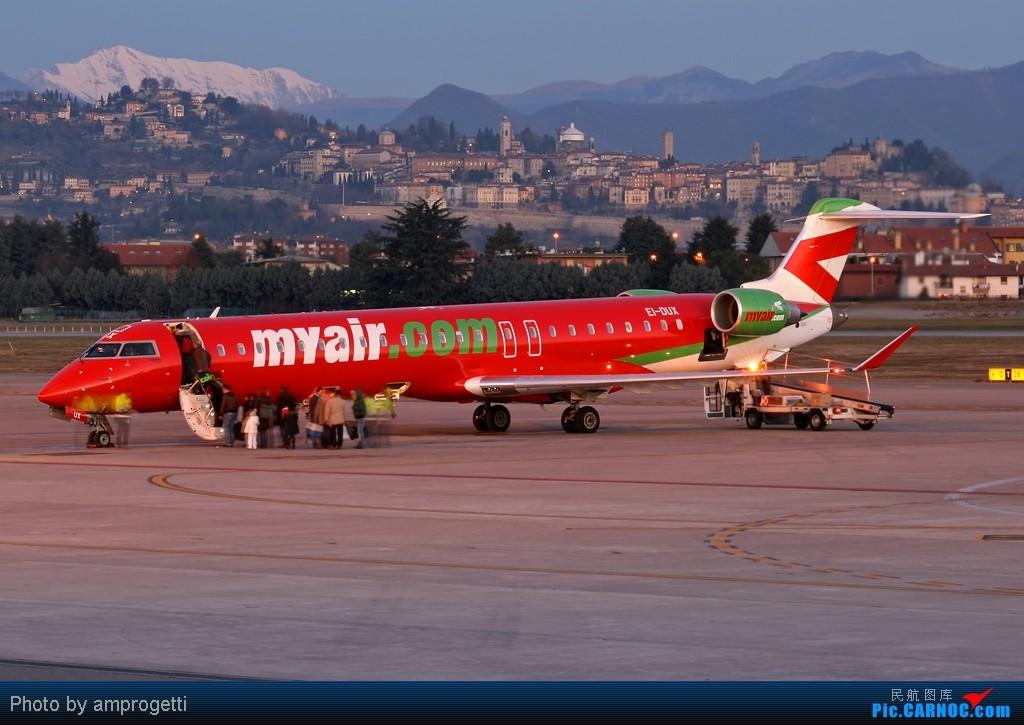 红白绿的意大利国旗  飘扬在意大利米兰 贝加莫(Bergamo)贝加莫奥里奥·阿尔·塞里奥国际机场