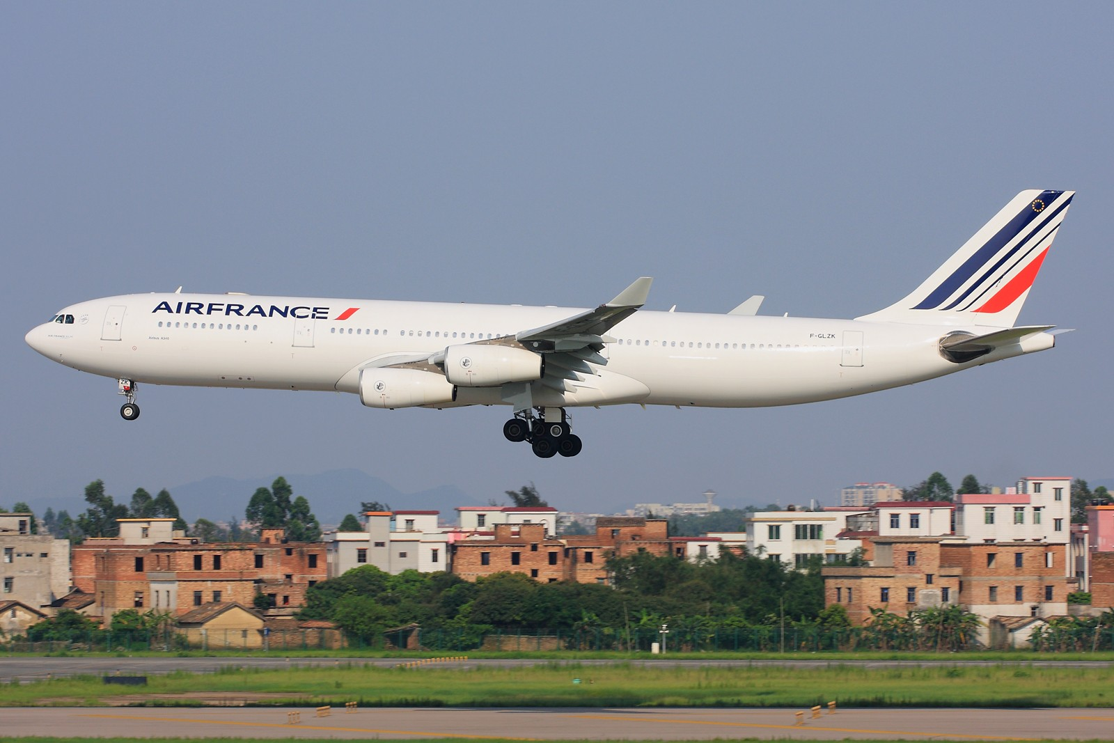 [原创]【深圳飞友会】忙里偷闲,生日都没时间过。发张法国航空A340-300新装。自我庆祝,自我安慰。有机会体验做个一图党带来的甜酸苦辣。 AIRBUS A340-300 F-GLZK 中国广州白云机场