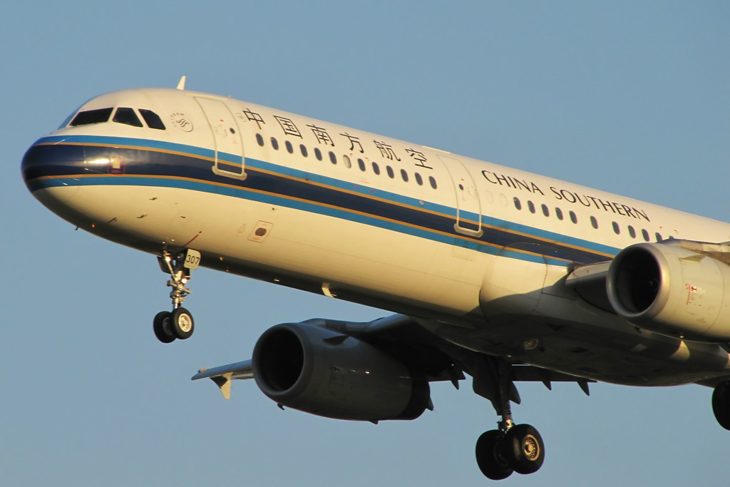 Re:[原创]国庆假期之前最后一贴。有大头,有双飞,有夕阳!争取能多骗点小飞机,换点钱,买张回家的机票!标题要长... AIRBUS A321-200 B-6307 中国北京首都机场