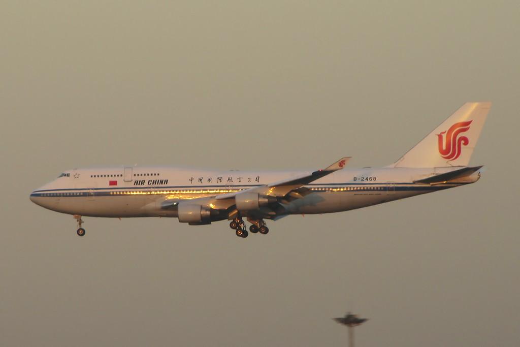 Re:[原创]国庆假期之前最后一贴。有大头,有双飞,有夕阳!争取能多骗点小飞机,换点钱,买张回家的机票!标题要长... BOEING 747-400 B-2468 中国北京首都机场
