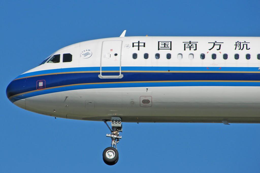 Re:[原创]国庆假期之前最后一贴。有大头,有双飞,有夕阳!争取能多骗点小飞机,换点钱,买张回家的机票!标题要长... AIRBUS A321-200 B-6686 中国北京首都机场