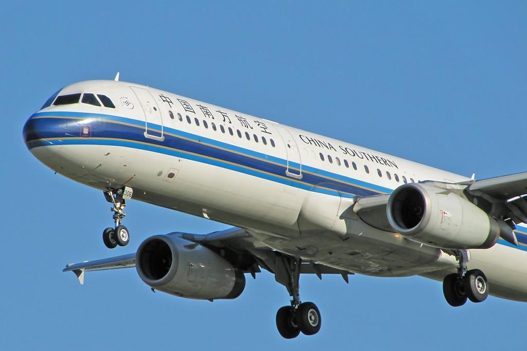 Re:[原创]国庆假期之前最后一贴。有大头,有双飞,有夕阳!争取能多骗点小飞机,换点钱,买张回家的机票!标题要长... AIRBUS A321-200 B-6306 中国北京首都机场