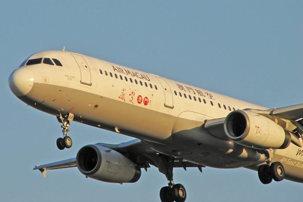 Re:[原创]国庆假期之前最后一贴。有大头,有双飞,有夕阳!争取能多骗点小飞机,换点钱,买张回家的机票!标题要长... AIRBUS A321-100 B-MAR 中国北京首都机场