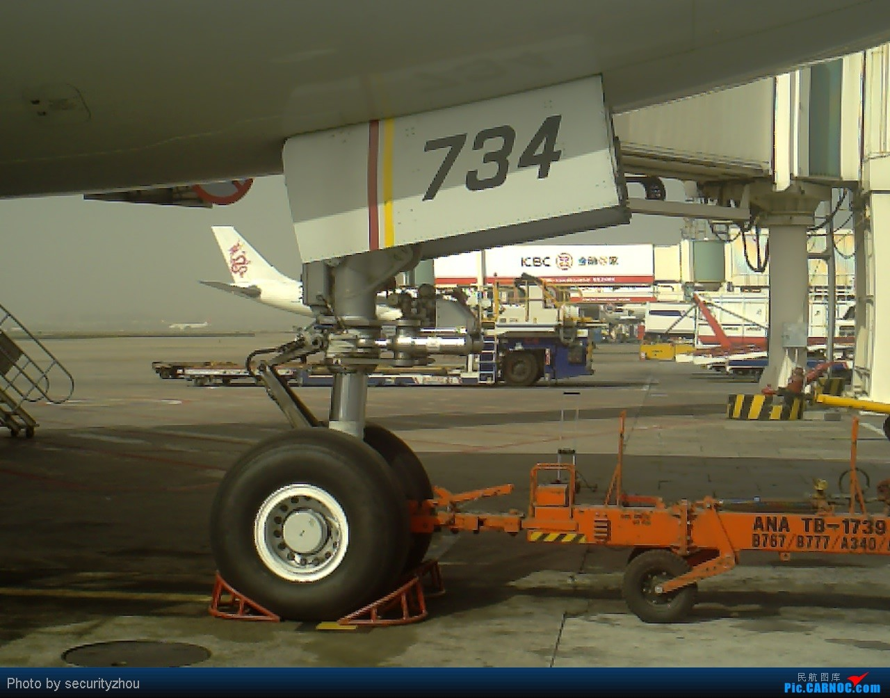 Re:[原创]虹桥拍机……机坪科的兄弟们好敬业。。。 B777-300  虹桥机场