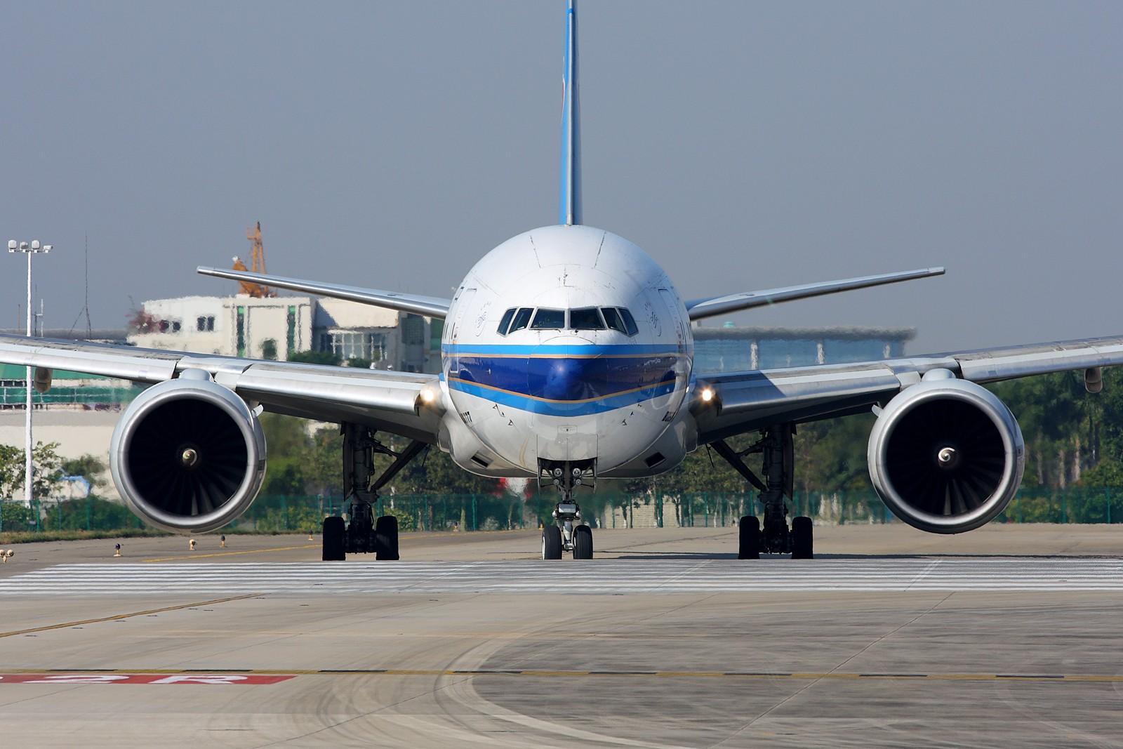 Re:[原创]2011年第一贴!来势汹汹向我冲过来,与它面对面,双方互相对持!1600×1067 BOEING 777-200 B-2051 中国广州白云机场