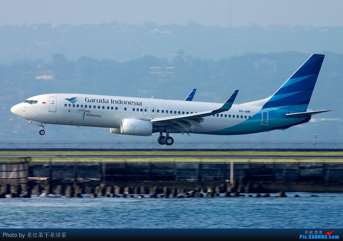 去巴厘岛度假也注定与飞机有缘,旅行社安排的海滨五星酒店居然就在机场隔壁!在酒店专属的沙滩上就能看见飞机起降,虽然其他客人可能会觉得有点吵,但我确实非常满意旅行社的这个安排,哈哈!在这个酒店住了两晚,利用早上的时间拍了一些照片,可惜巴厘岛机场晚上比白天繁忙,所以白天能拍的飞机并不多,而且还都是小家伙。不过我运气比较好,第一天与第二天的风向不同,所以能有幸拍到起飞与降落。大家看图吧。 [本贴在 2011-03-23 21:21:49 重新编辑]