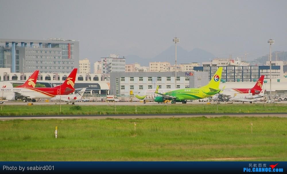 Re:[转贴]【深圳飞友会】乘有空,多发一贴,想问问为什么中国的飞机都是红红的,偶有百花丛中一点绿.    中国深圳宝安机场