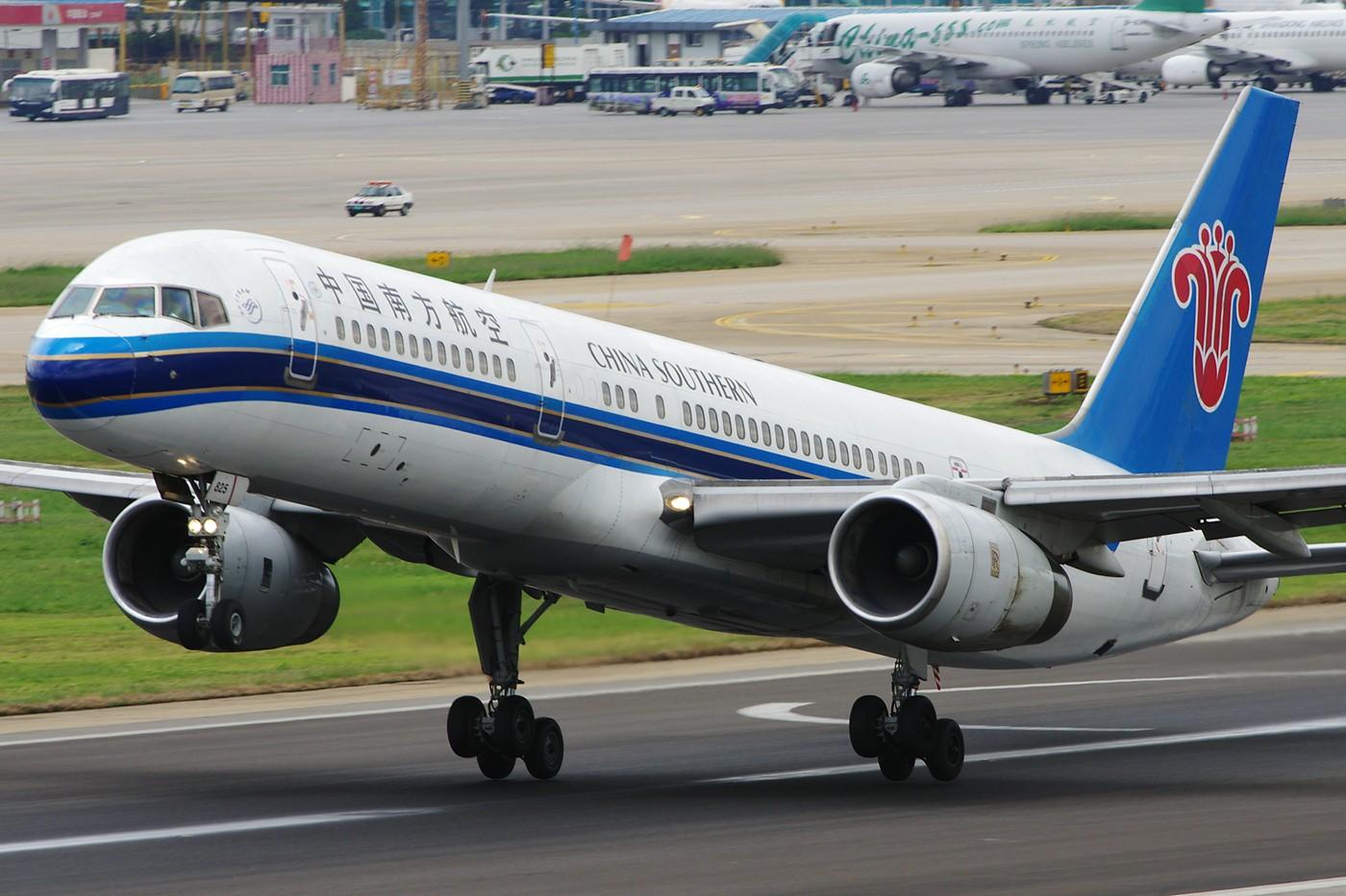 Re:[原创][Andrei]__节过完了,发一些比较大,比较满的图! BOEING 757-200 B-2825 中国昆明巫家坝机场