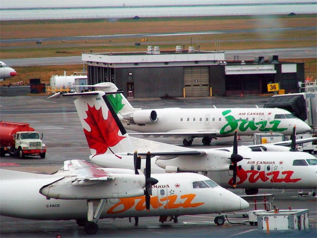[原创]加拿大YVR拍机—附国航332彩绘 DHC-8-102 DASH 8 C-FACD YVR