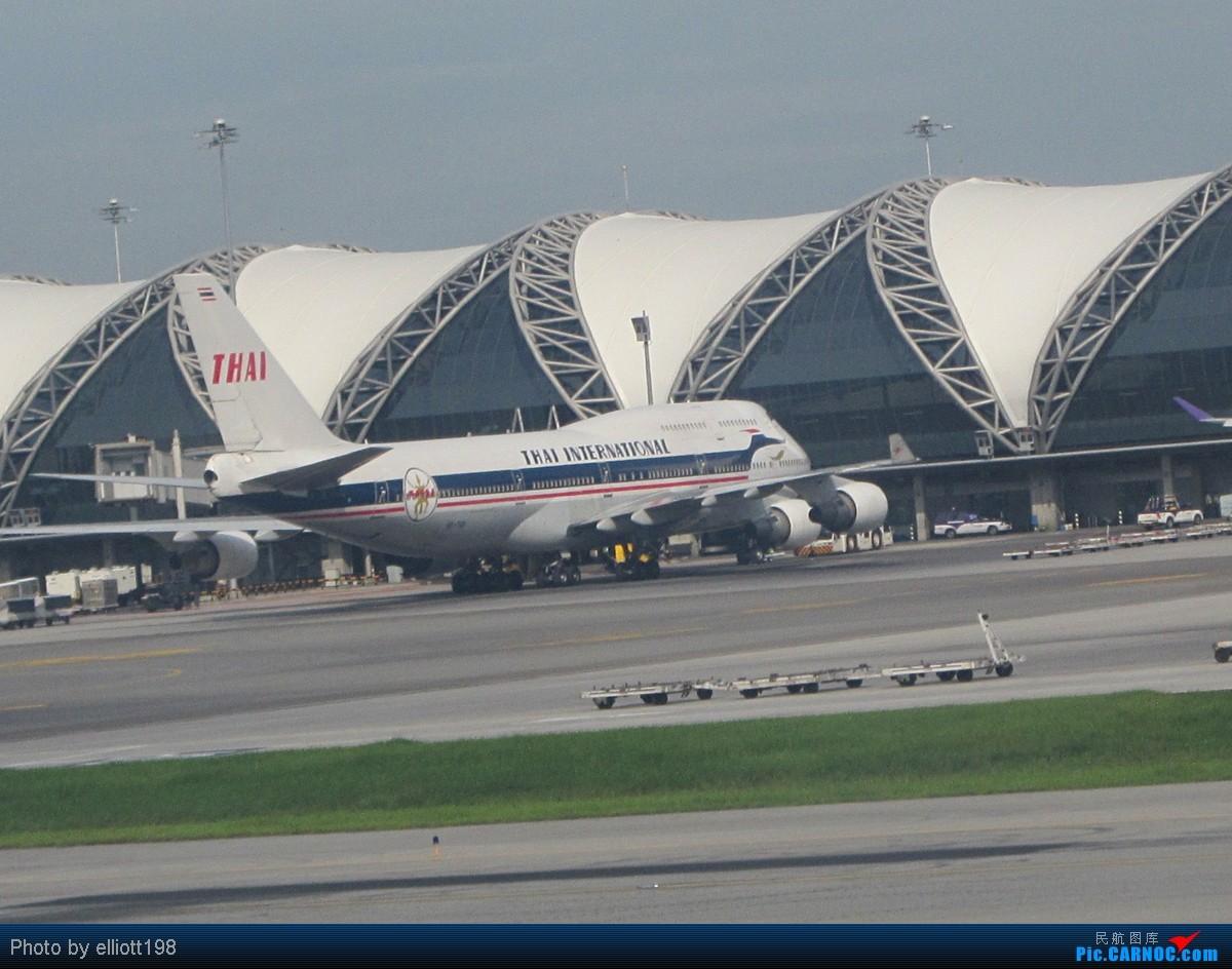 现在HKG的录音广播采用两种语言:普通话及英语;所有航空航班都不设粤语广播,往返大中华地区的航空航班最多只设普通话广播。 现在所有从HKG出发的航空航班都在T1办理乘机手续,T2是海路航班专用航站楼。 HKG进出名单(KMG转场以后): 全日空ALL NIPPON AIRWAYS(NH) 아시아나항공ASIANA AIRLINES(OZ) 国泰太平洋航空CATHAY PACIFIC(CX)* 中华航空CHINA AIRLI