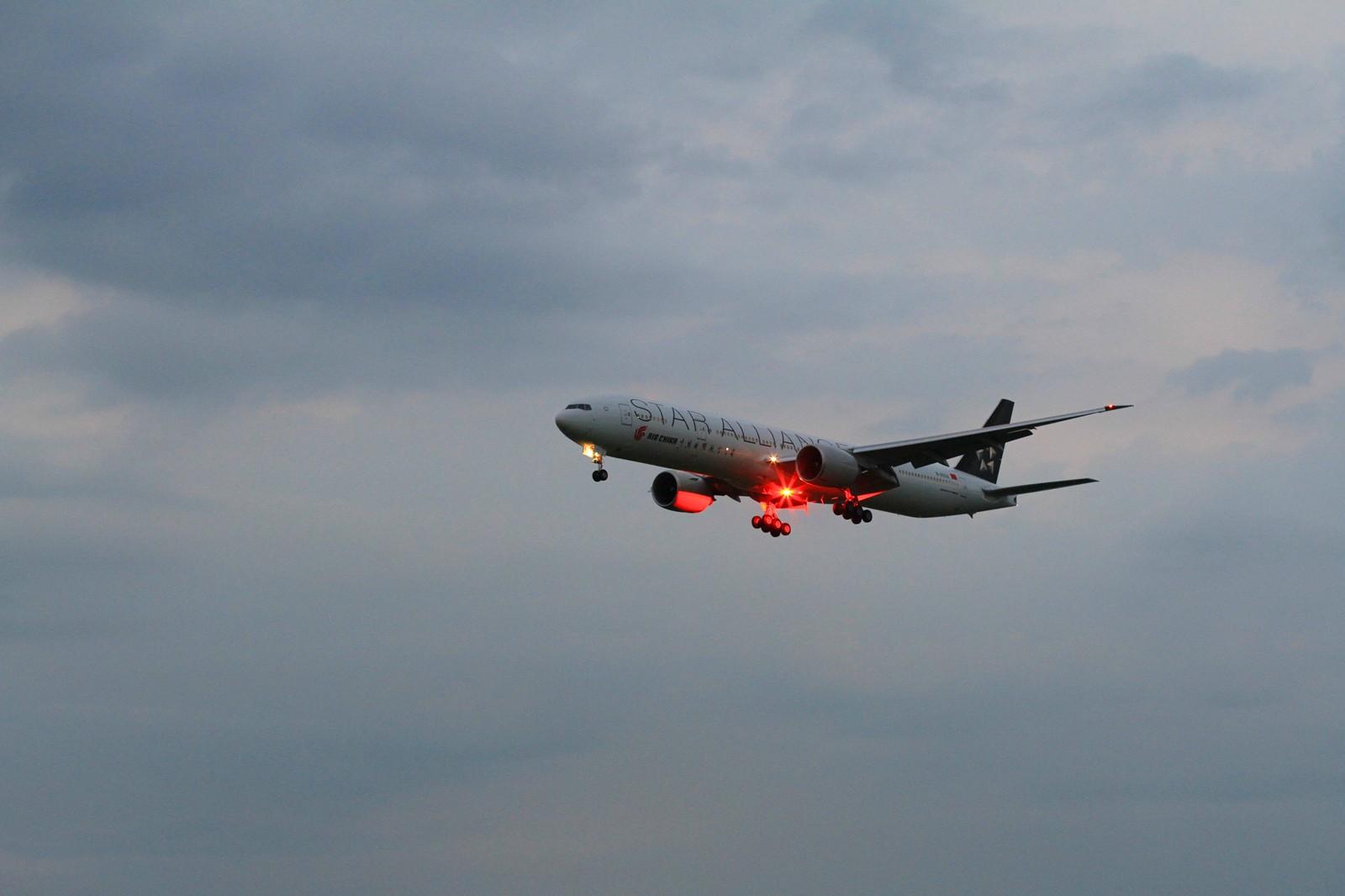 毫无准备的第一次拍到闪灯,主角是B-2032。 BOEING 777-300ER B-2032 北京首都国际机场