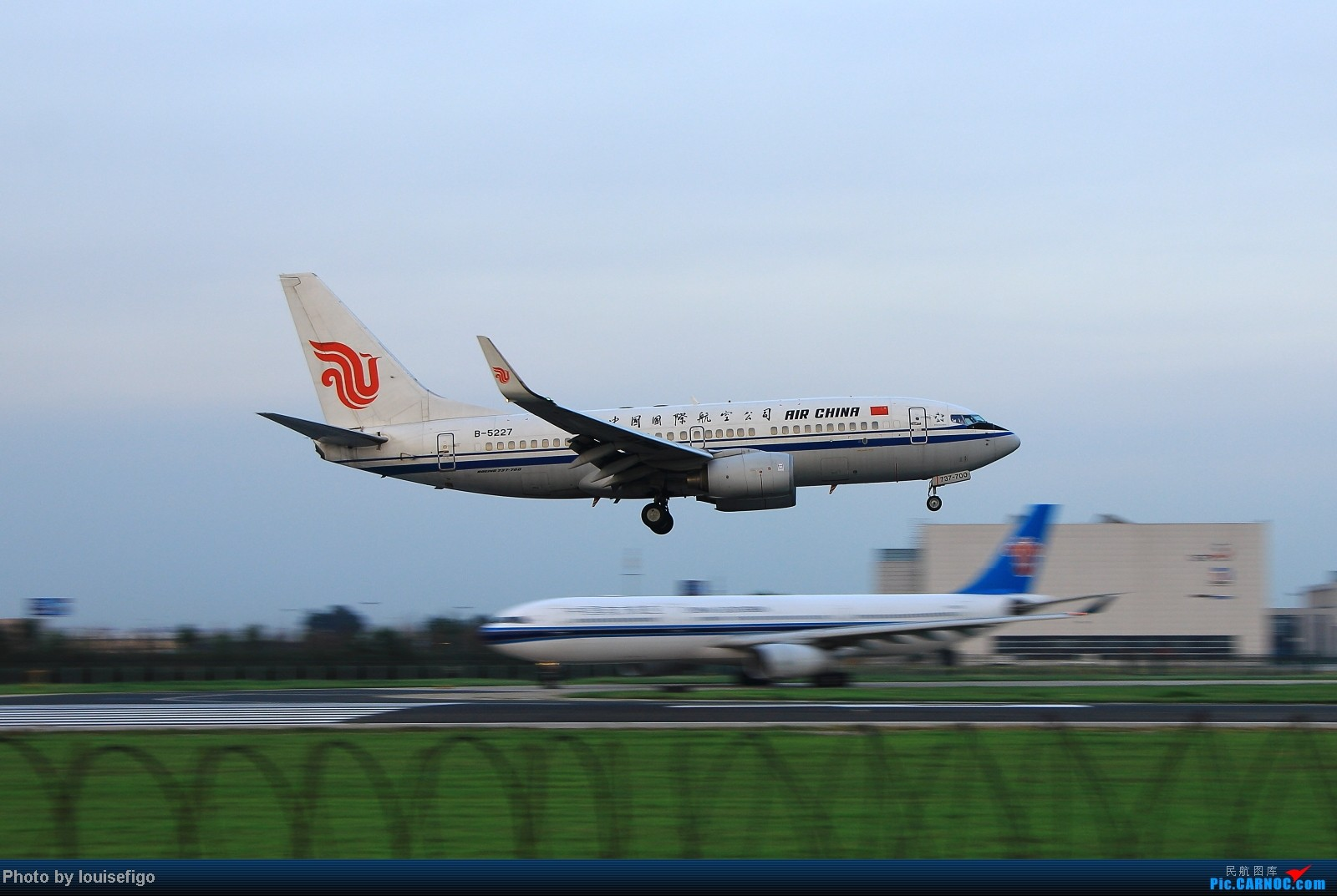 Re:[原创]闲来无事天气闷,发点冷饭自娱乐!!!PEK西跑的降落杂图~发到哪儿是哪儿啊!随心情! BOEING 737-700 B-5227 北京首都国际机场