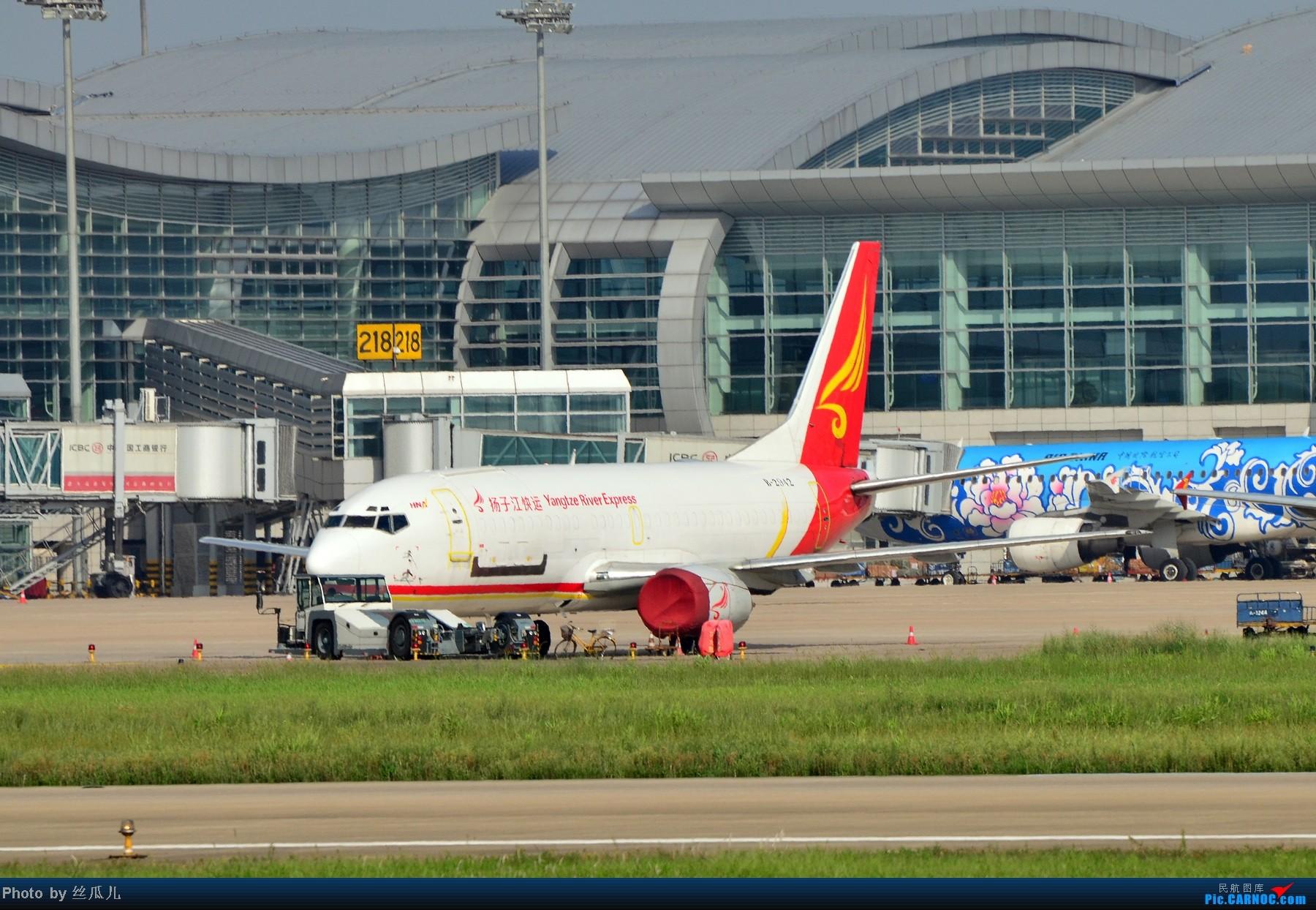 HGH新地标,这货趴在那里少说有一两个月,莫非真的准备留在那里当地标了? BOEING 737-300 B-2942 中国杭州萧山机场