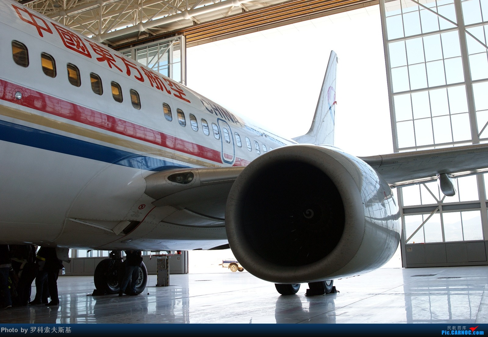 Re:[原创]]【昆明的天空】--东航机务带我游机库,交作业——请拐爷、老谷、蝎子、哲子各位批改! BOEING 737-700 B-5242 中国昆明长水机场