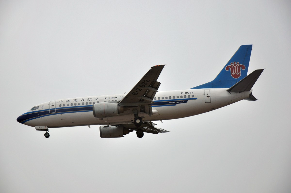 "Re:[原创]【CKG】偶吧灰机style!!!好吧。烂天图,除了一个红宝石和钻石同机出现,其他的我只能""小公鸡,点到谁,我就发谁""了。。。 BOEING 737-300 B-2922 CKG"